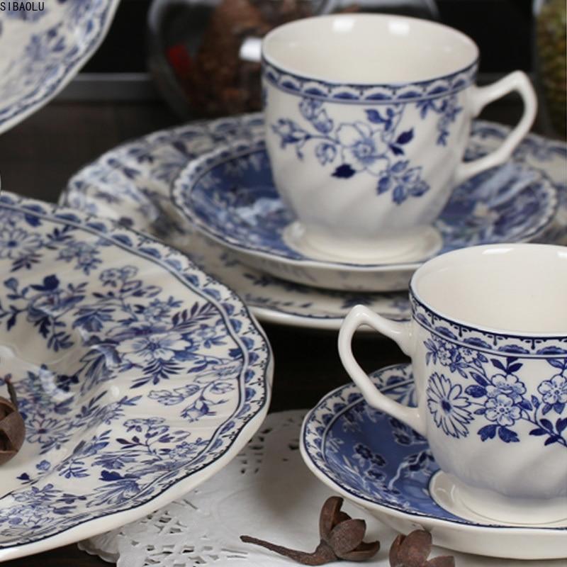 Vintage azul y vajilla de porcelana blanca plato de filete foto flores postre plato de sopa tazón