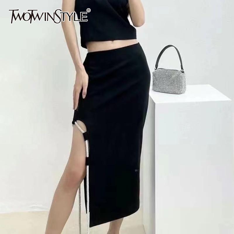 TWOTWINSTYLE الجوف خارج مثير تنورة للنساء عالية الخصر الجانب سبليت سلسلة الصلبة ميدي التنانير الإناث الصيف الملابس 2021 نمط جديد