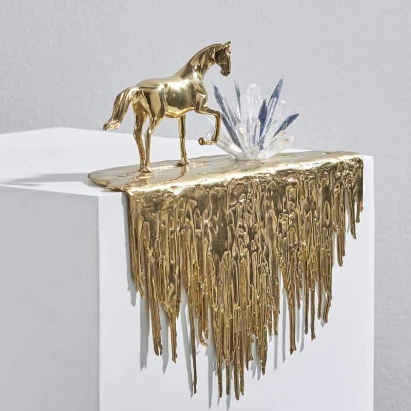 إكسسوارات ديكور منزلي غرفة المعيشة تمثال حصان ذهبي المشي على حافة الشلال الفاخرة محظوظ الداخلية حصان ناعم