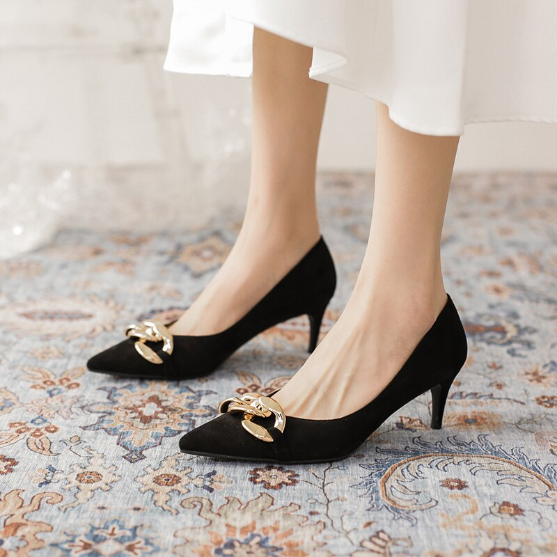 Shoes women 2021 new French style single shoes metal chain black pointed temperament professional wo