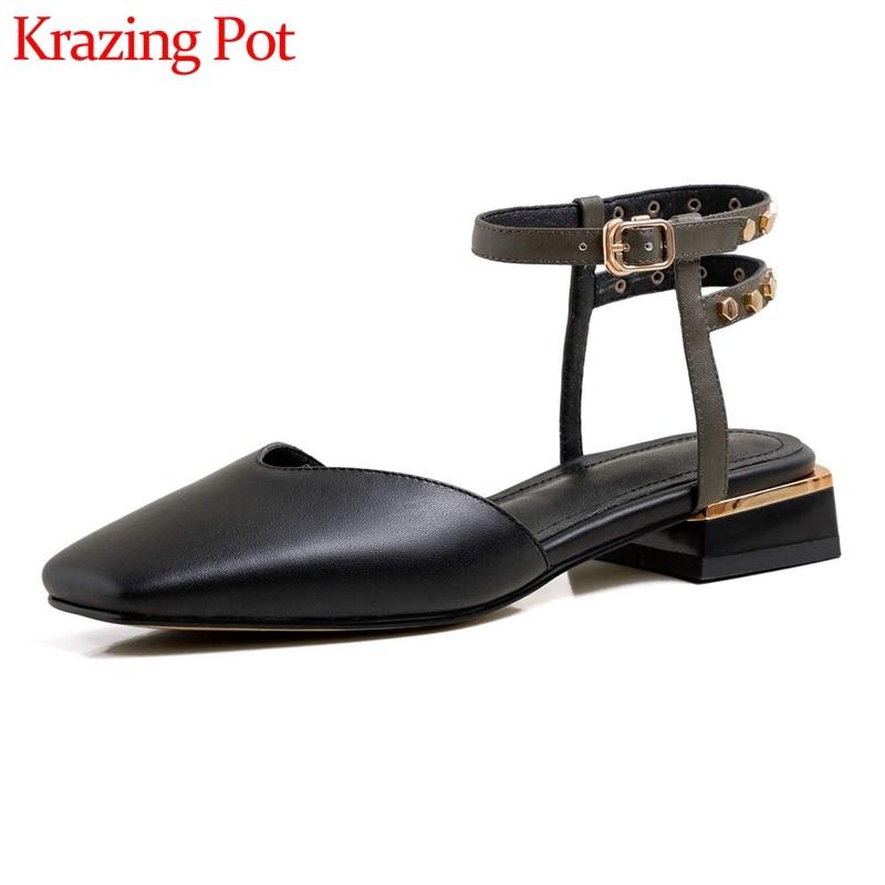 Krazing pot hechos a mano nuevos de cuero natural de punta cuadrada de tacón bajo remache decoración simple señora madura hebilla Correa sandalias mujeres L73