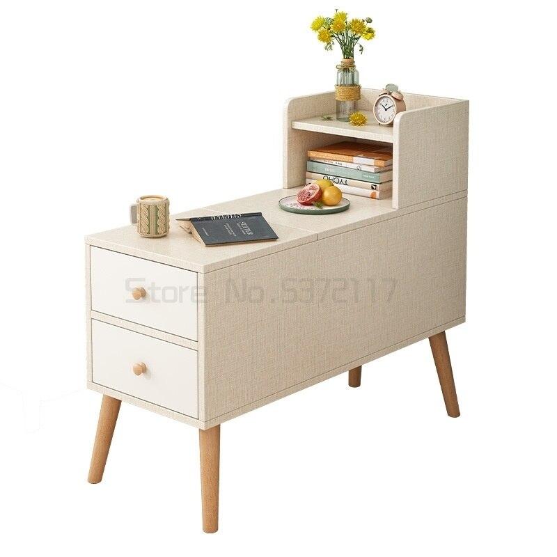 و خزانة جانبية بجانب طاولة شاي في غرفة المعيشة و خزانة جانبية بجانب أريكة