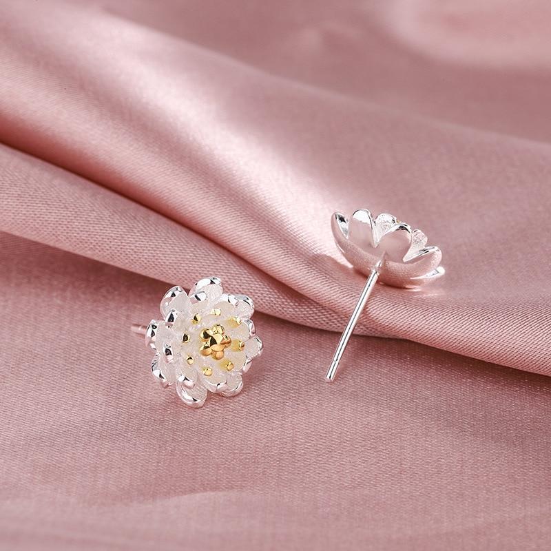Женское-ювелирное-изделие-в-виде-простых-цветов-серебро-925-пробы