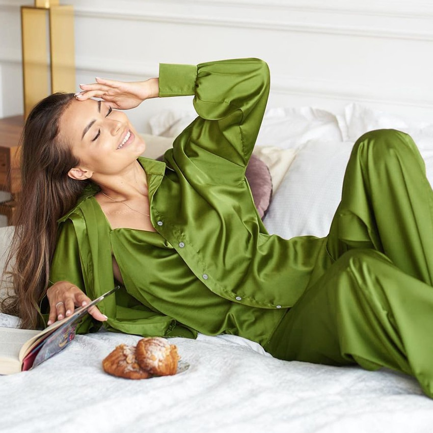 مجموعة ملابس النوم النسائية الخضراء من 3 قطع بأكمام طويلة من الستان وبحمالات رفيعة مجموعة بدلات المنزل النسائية مع بنطلونات خريف 2021