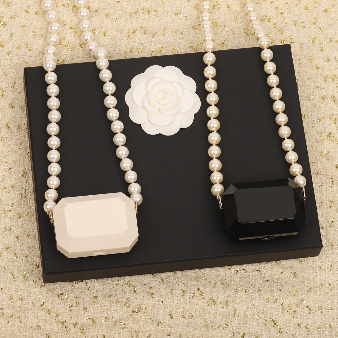 Get 2021 New Hot Famous Brand Luxury Jewelry Advanced Handmade Black White Headphone Pearl Necklace Top Quality Fashion Accessories