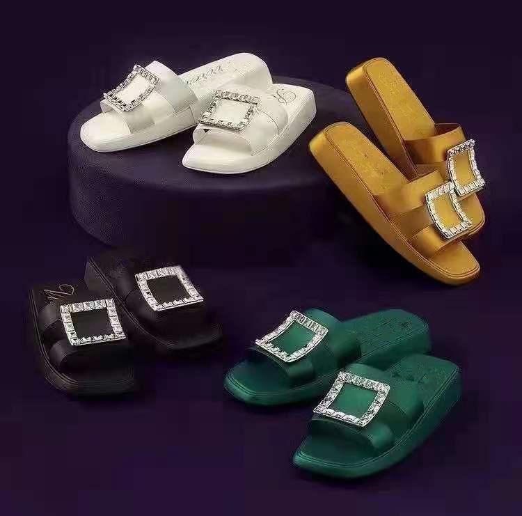 Koovan المرأة Rhinstone النعال الصيف من 2021 الجديد الفتيات أحذية الماس مربع مشبك حذاء مسطح الحرير الحلوى ارتداء الصنادل