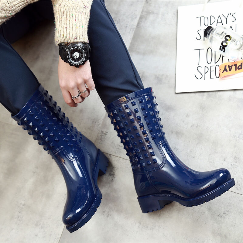 Botas para mujer, otoño 2020, Botas de lluvia con remaches a media pantorrilla, zapatos de goma Unisex para amantes, botas de mujer de PVC a la moda