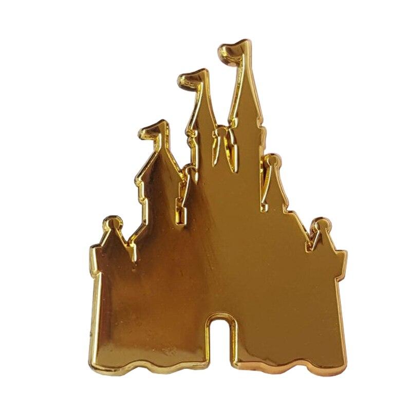 Золотая эмалированная булавка в замке