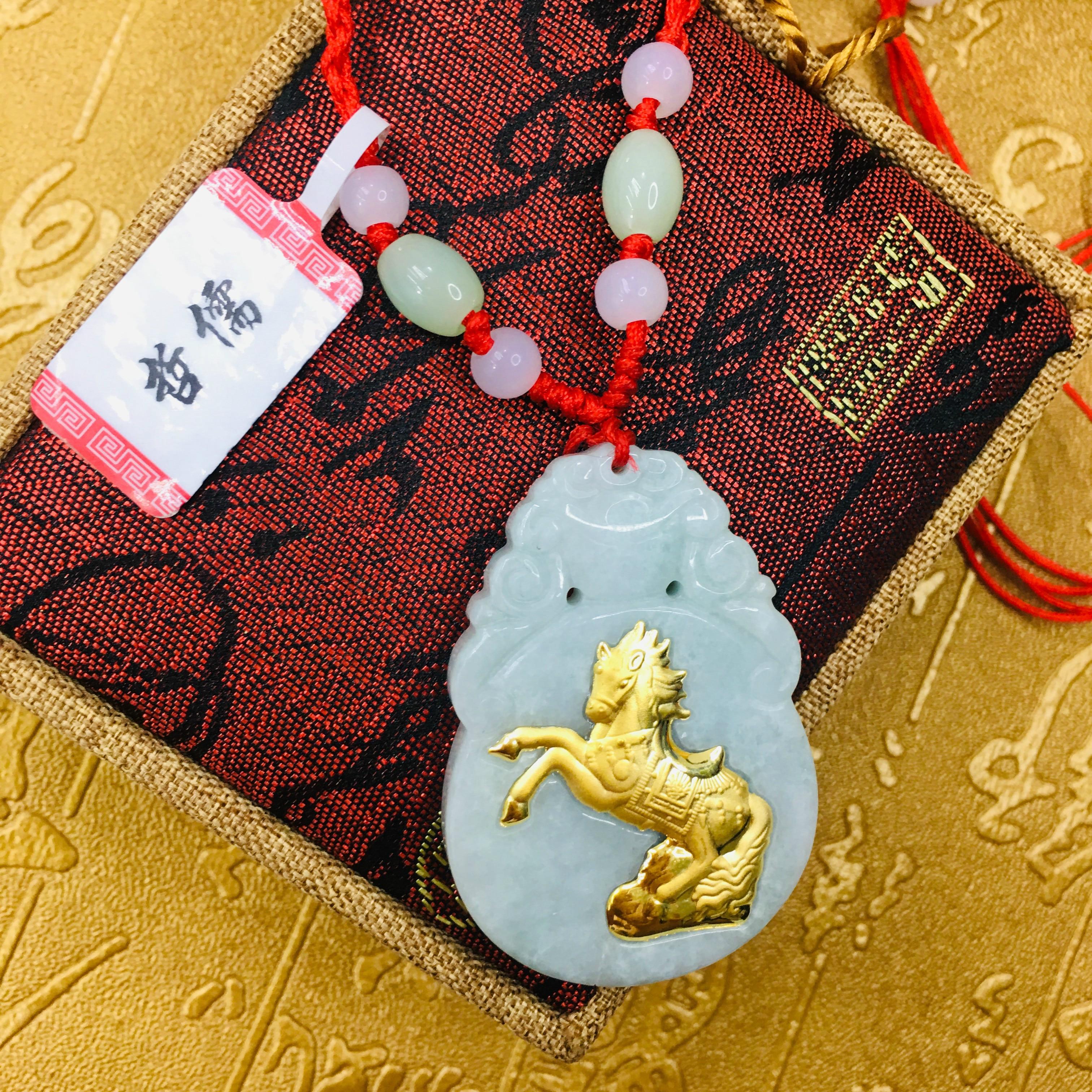 Enviar un certificado Natural de jade birmano incrustado 24K oro Zodiaco buena suerte caballo colgante con collar hecho A mano