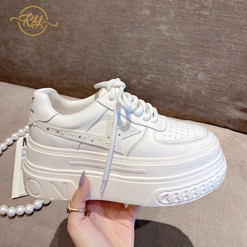 RY-RELAA أوروبا محطة جلد طبيعي المرأة أحذية 2021 الربيع نمط جديد حذاء أبيض INS أحذية منصة أحذية رياضية مكتنزة