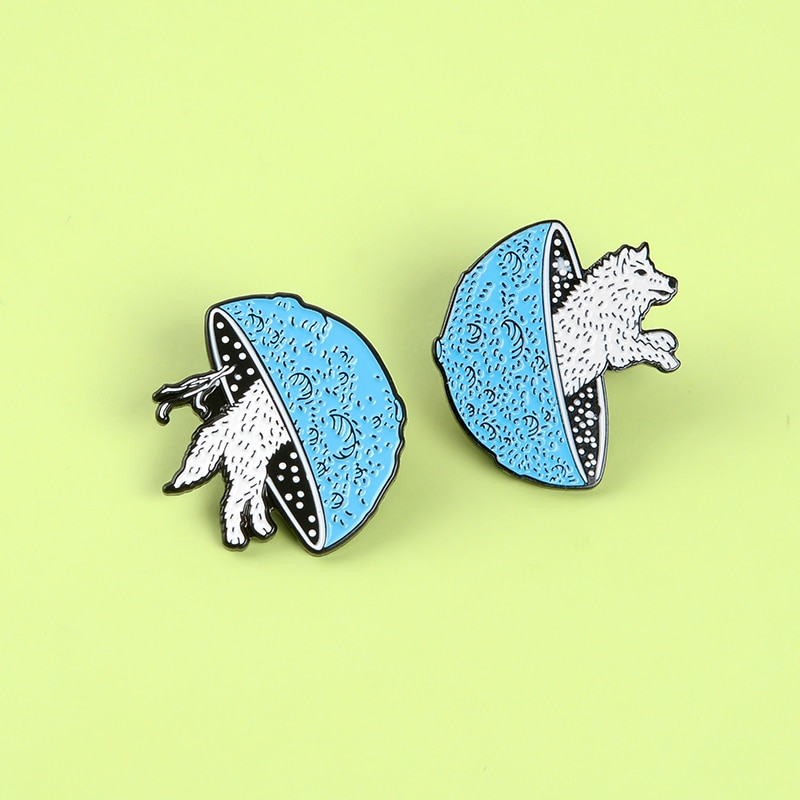 Broches de lobo para cruce del espacio, Bola del espacio-tiempo, broches blancos de salto de agujero con diseño de zorro, insignias de solapa de animales, regalo para amigos