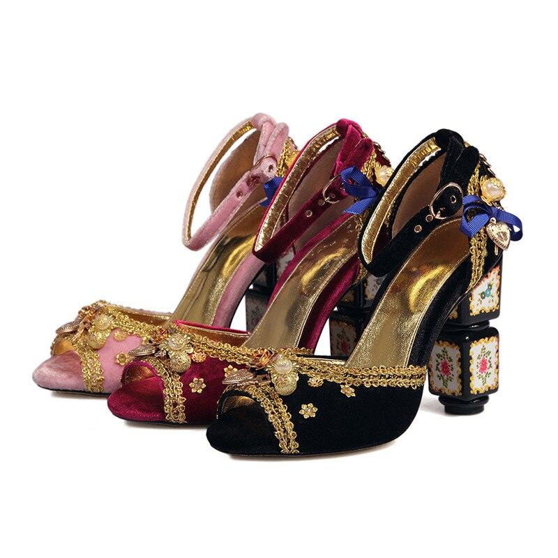 الرجعية العرقية صناديل للنساء غطاء كعب تحدها زخرفة المعادن أحذية الربيع الصيف مشبك غريب عالية الكعب اللمحة تو الصنادل