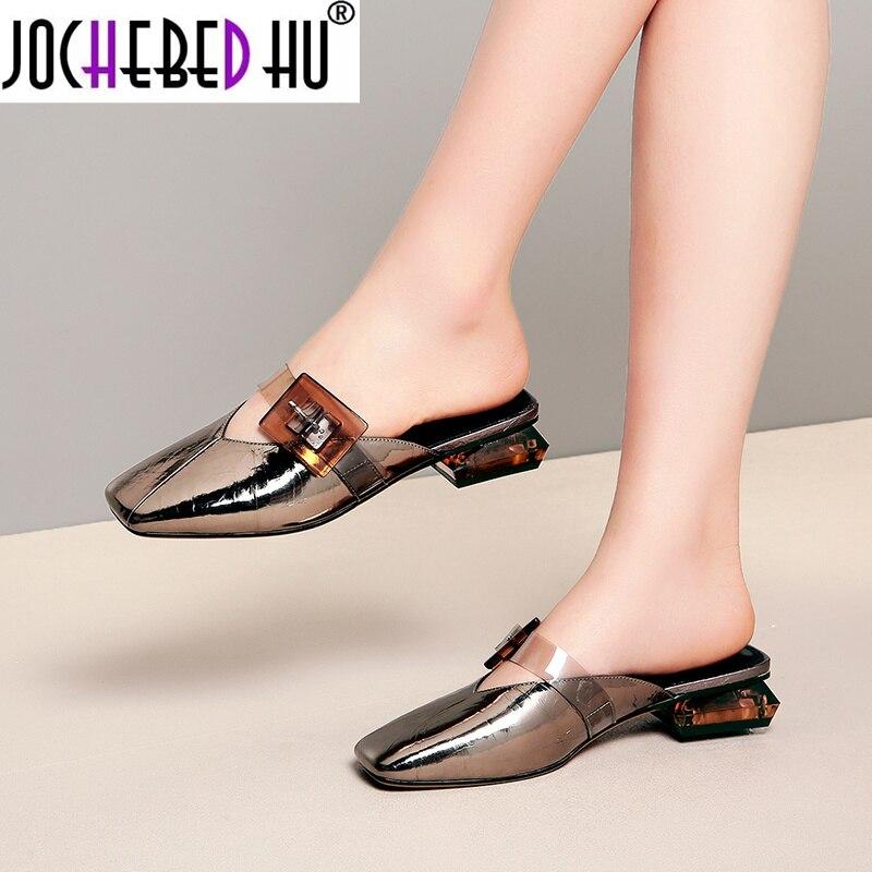 【JOCHEBED HU】 2021 جديد البغال أحذية النساء مثير مضخات كبيرة مشبك الديكور صغيرة سكور اصبع القدم كعوب منخفضة الربيع الصيف مضخات ناي Clu