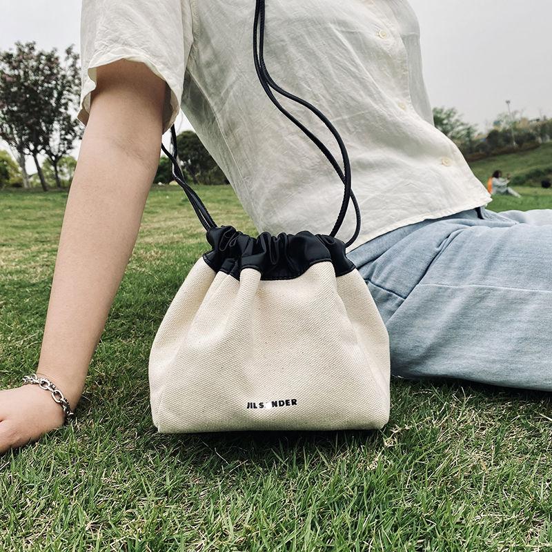 حقيبة نسائية صيفية بتصميم مميز من الجلد على شكل زلابية بحبل سحب مائل بكتف واحد