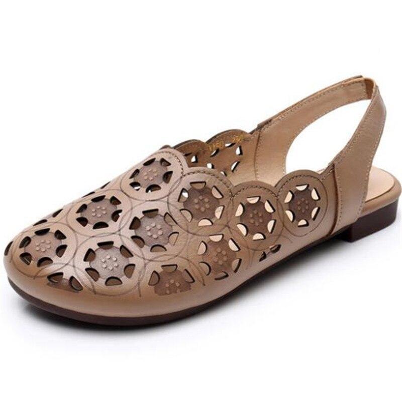 2021 Новинка летнего сезона, с закругленным носком, из натуральной кожи; Модные босоножки в светильник удобные летние туфли на плоской подошве; Женские сандалии больших размеров