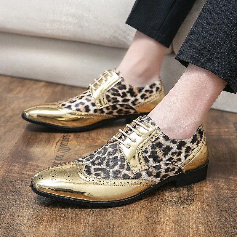 حذاء رجالي جديد الموضة البريطانية الترتر ليوبارد طباعة خياطة الدانتيل متابعة أشار بروش منحوتة عادية بو أحذية من الجلد 3KC447