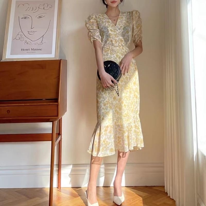 فستان صيفي للسيدات بياقة على شكل v وأكمام منتفخة مطبوعة فستان ميدي شيفون أنيق مكشكش