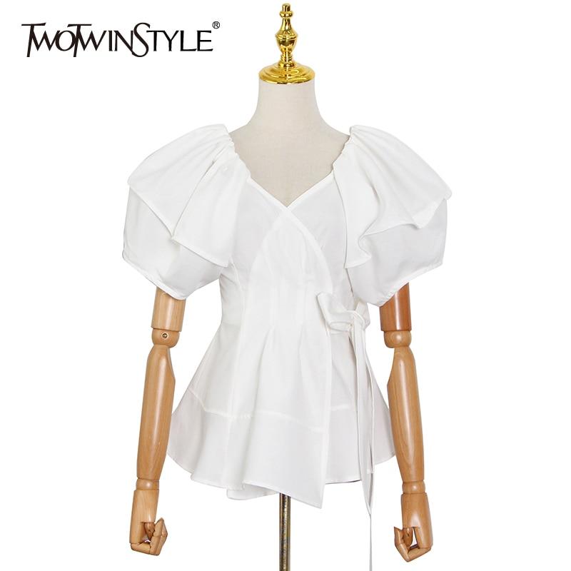TWOTWINSTYLE الأبيض Bowknot قميص غير رسمي للنساء الخامس الرقبة قصيرة الأكمام الصلبة مطوي البلوزات الإناث ملابس الصيف 2021 موضة