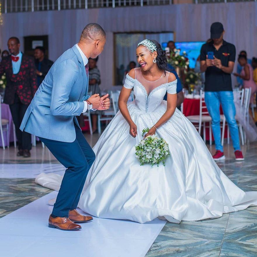 فساتين زفاف عصرية شفافة بأكمام قصيرة أثواب فاخرة مطرزة للعروس طويلة من الساتان A Line Vestidos De Fiesta
