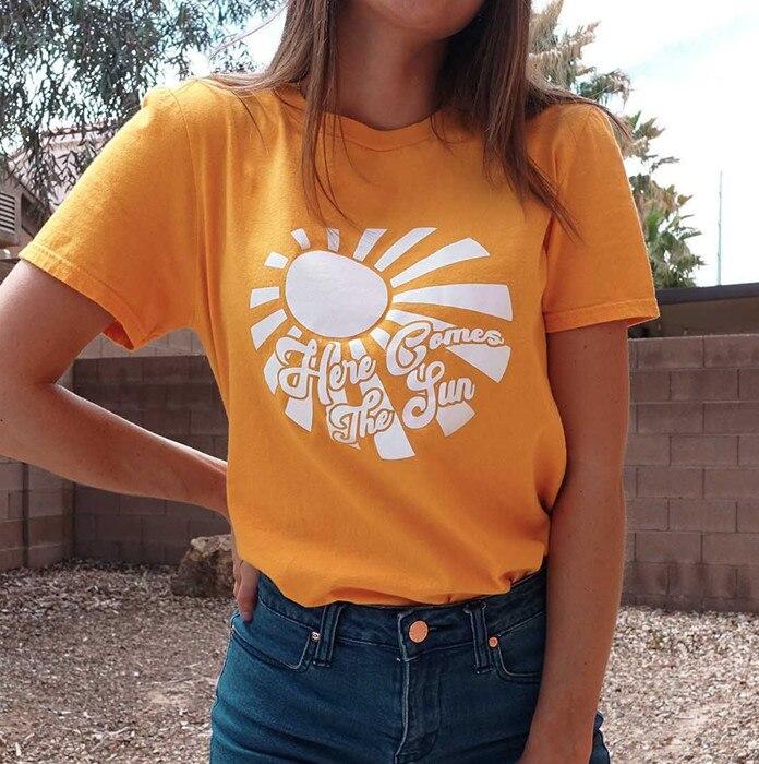 Camiseta Casual divertida de manga corta con letras florales hípster de verano amarillas con el sol para mujer