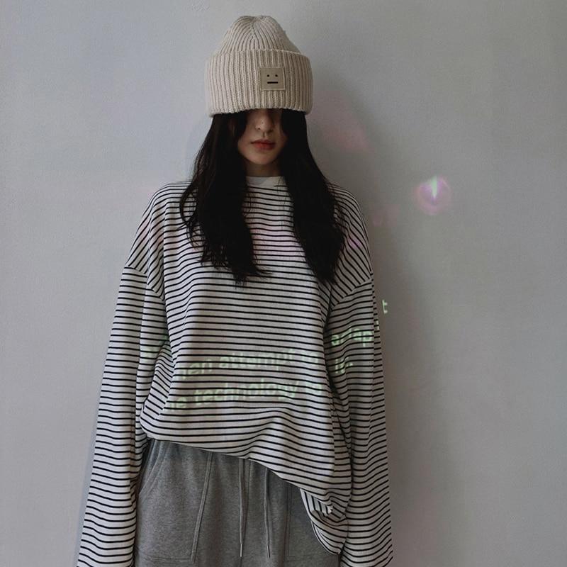 خريف 2020 جديد صغير 150 طويلة الأكمام المرأة الأعلى هونغ كونغ نمط سليم صالح الأسود والأبيض تي شيرت مخطط Ins الإناث
