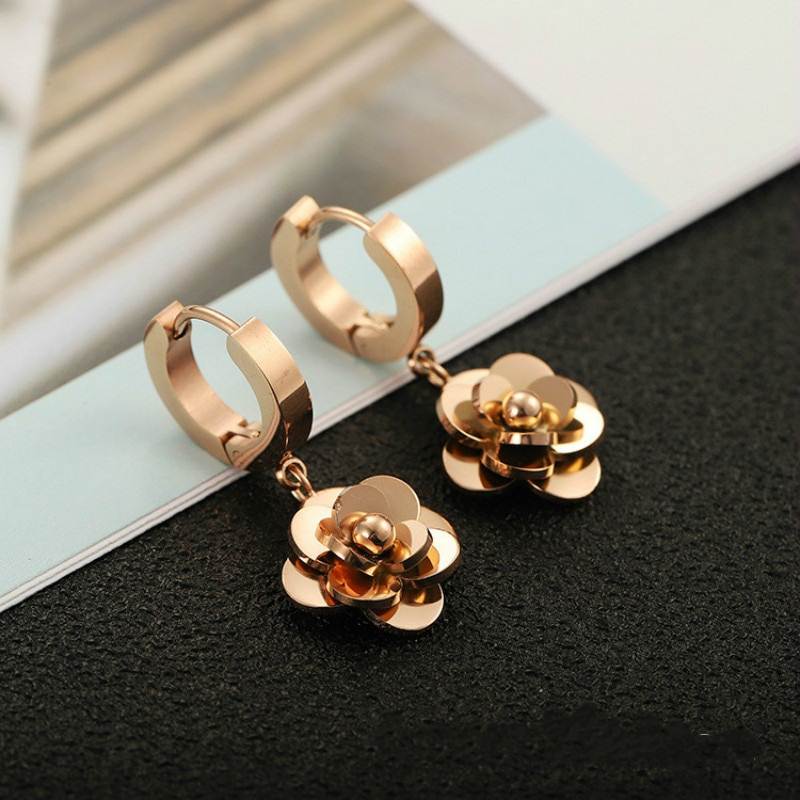 Pendientes con colgante de flor de Camelia de acero de titanio para mujer, pendientes de oro rosa Indelible, elegantes pendientes de lujo, joyería