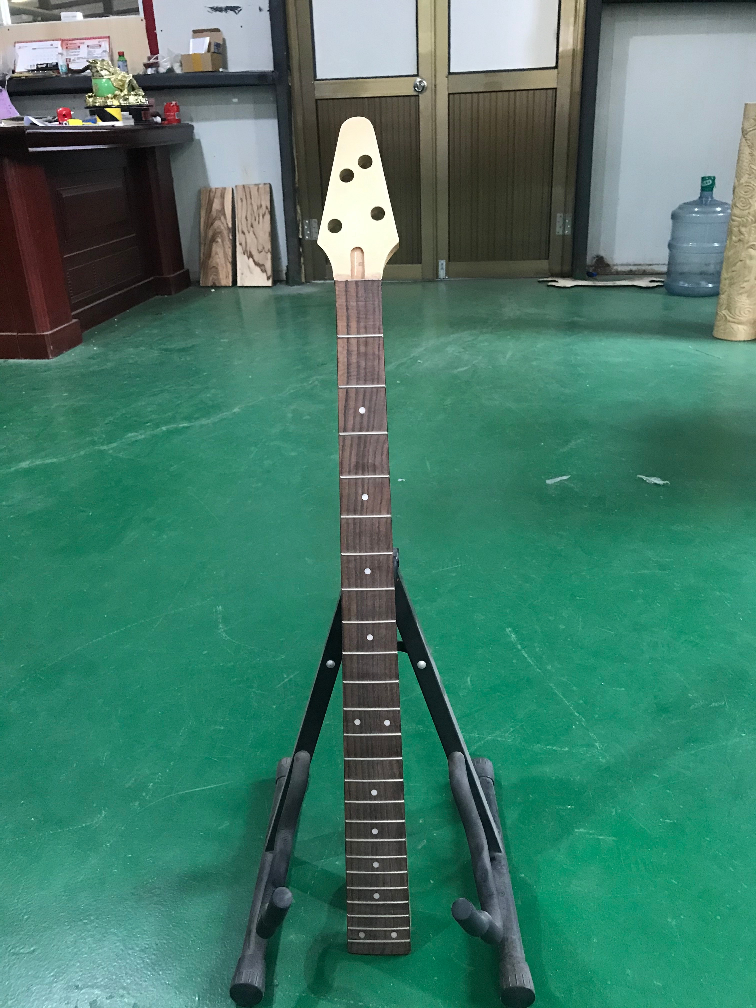 1 PCS Electric Bass Guitar Neck 4 String 24 Fret Made of High Quality Maple Headstock Rosewood Fingerboard ST Bass Neck 21 Fret enlarge