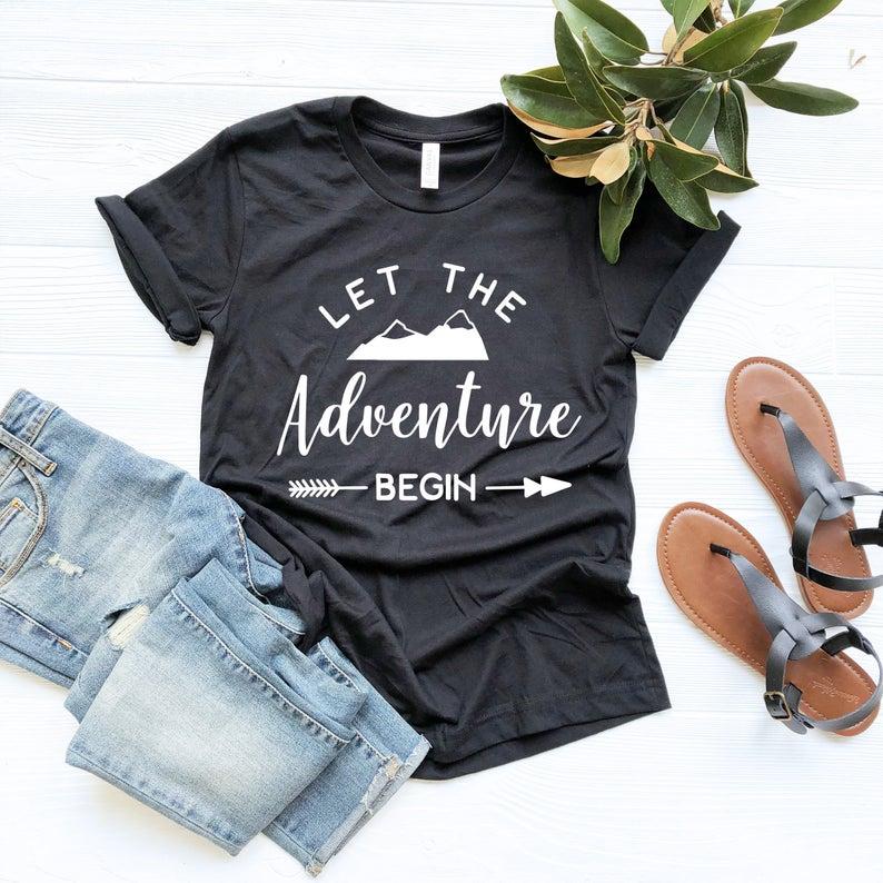 Deja que la aventura empiece la camiseta de las montañas camiseta de senderismo camisa de viaje gráfico al aire libre camiseta Casual de manga corta Camiseta de envío directo