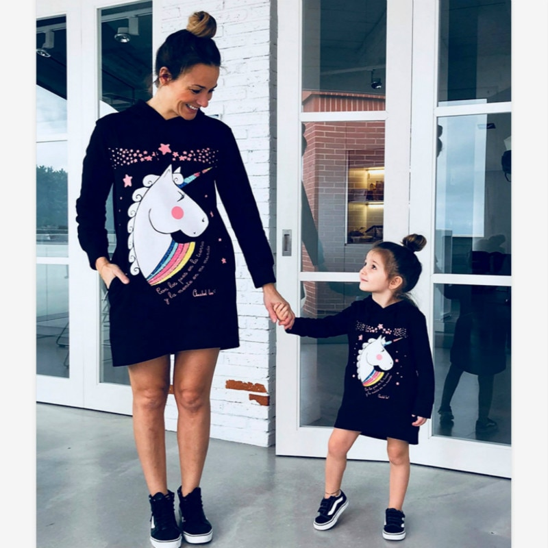 Vestidos de poliéster de la familia de la impresión vestidos de la historieta de la madre de la hija del otoño trajes a juego de la familia ropa negra de mamá e hija