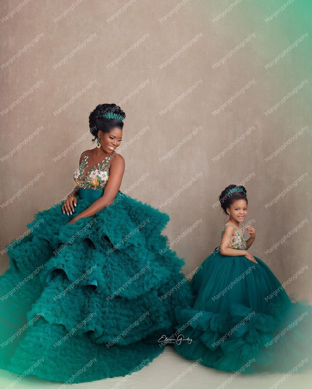 Charming Green Ball Gown Mother And Daughter Maternity Gowns Flower Appliques Mom And Me Ruffles Photo Shoot Gown enlarge