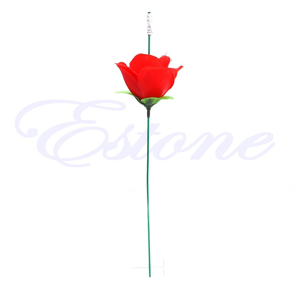 Etapa de cerca de la antorcha de truco mágico de rosa para el fuego trucos llama flor que aparece caliente