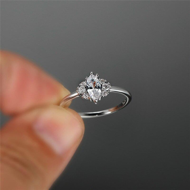 Милое женское кольцо с кристаллом и камнем из циркония серебряного цвета