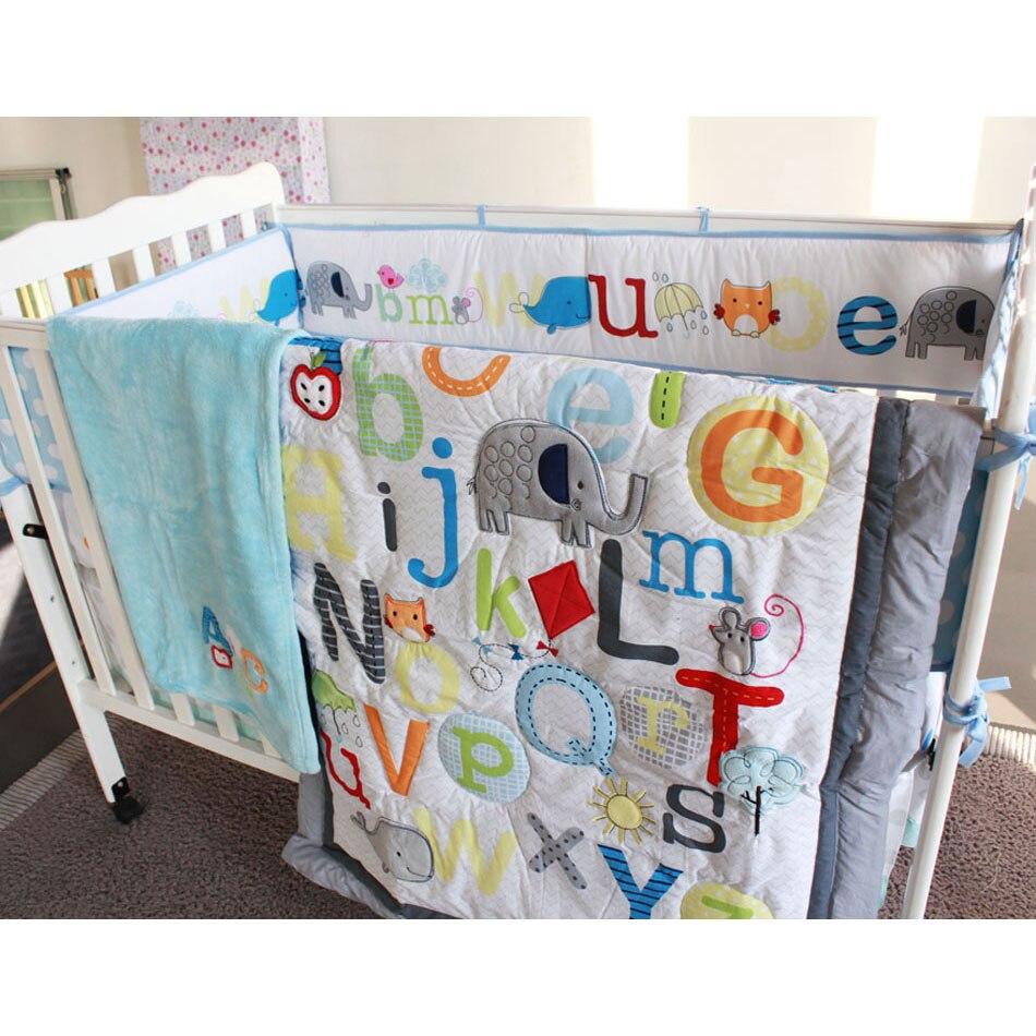 5 pçs alfabeto impressão bordado berço do berçário do bebê conjunto de cama-colcha, cobertor, folha de berço, saia berço, pára-choques azul meninos