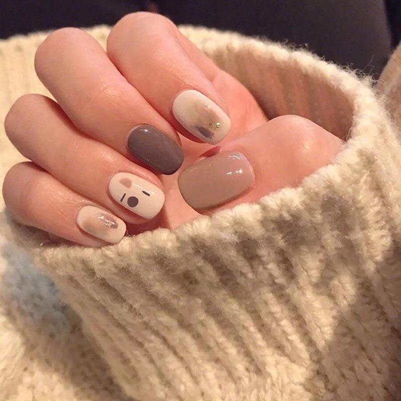 24 Uds moda corto cabeza falsa Prensa en uñas lindo MilkTea Color brillante hoja de oro Flor de uñas artificiales con pegamento