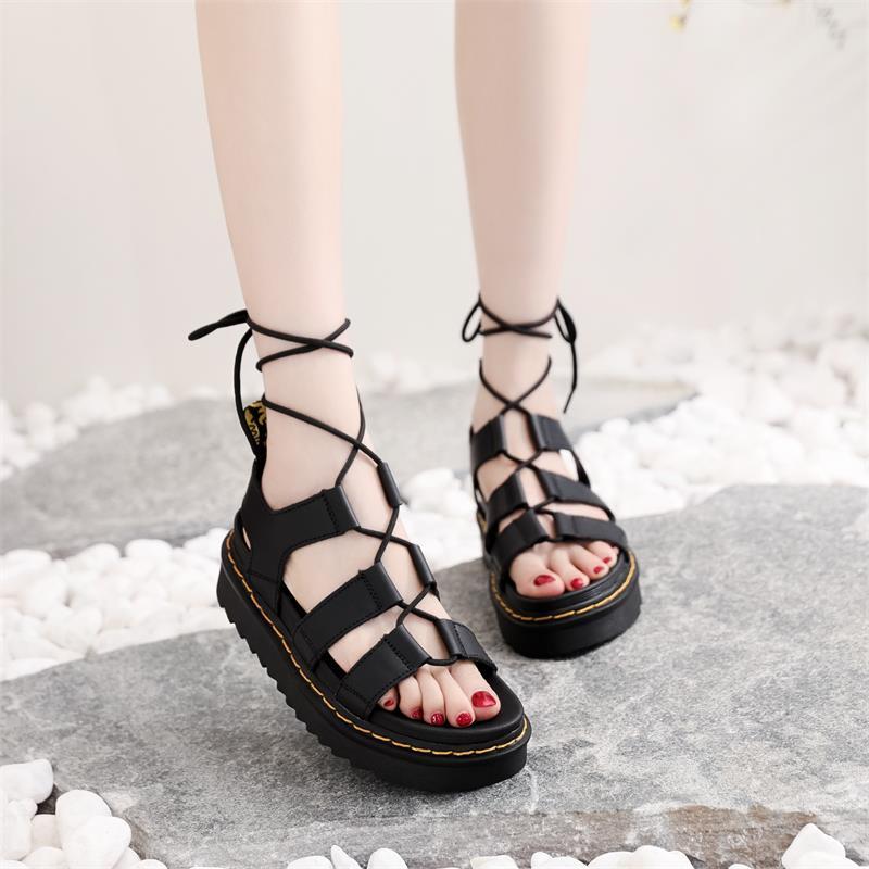 موضة جديدة لصيف 2021 ، حذاء على شكل كعكة إسفنجية سميكة سوليد مسطح برباط علوي ، حذاء شاطئ مارتن بأربطة ، صندل نسائي ZZ323