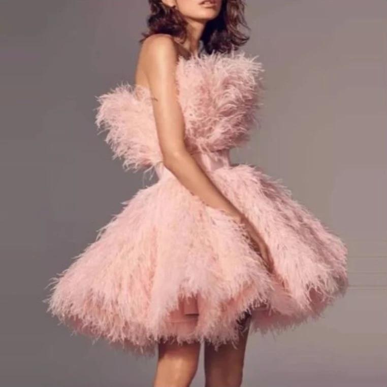 الوردي قصيرة فساتين لحضور الحفلات الموسيقية 2021 حمالة الدانتيل طبقات ريشة الكشكشة المشاهير فساتين ملابس سهرة فستان كوكتيل صغير