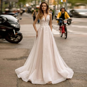 Charming Wedding Dresses Tulle Pleat Appliques V-Neck Sleeveless Backless A-Line Bridal Gowns Novia Do 2021