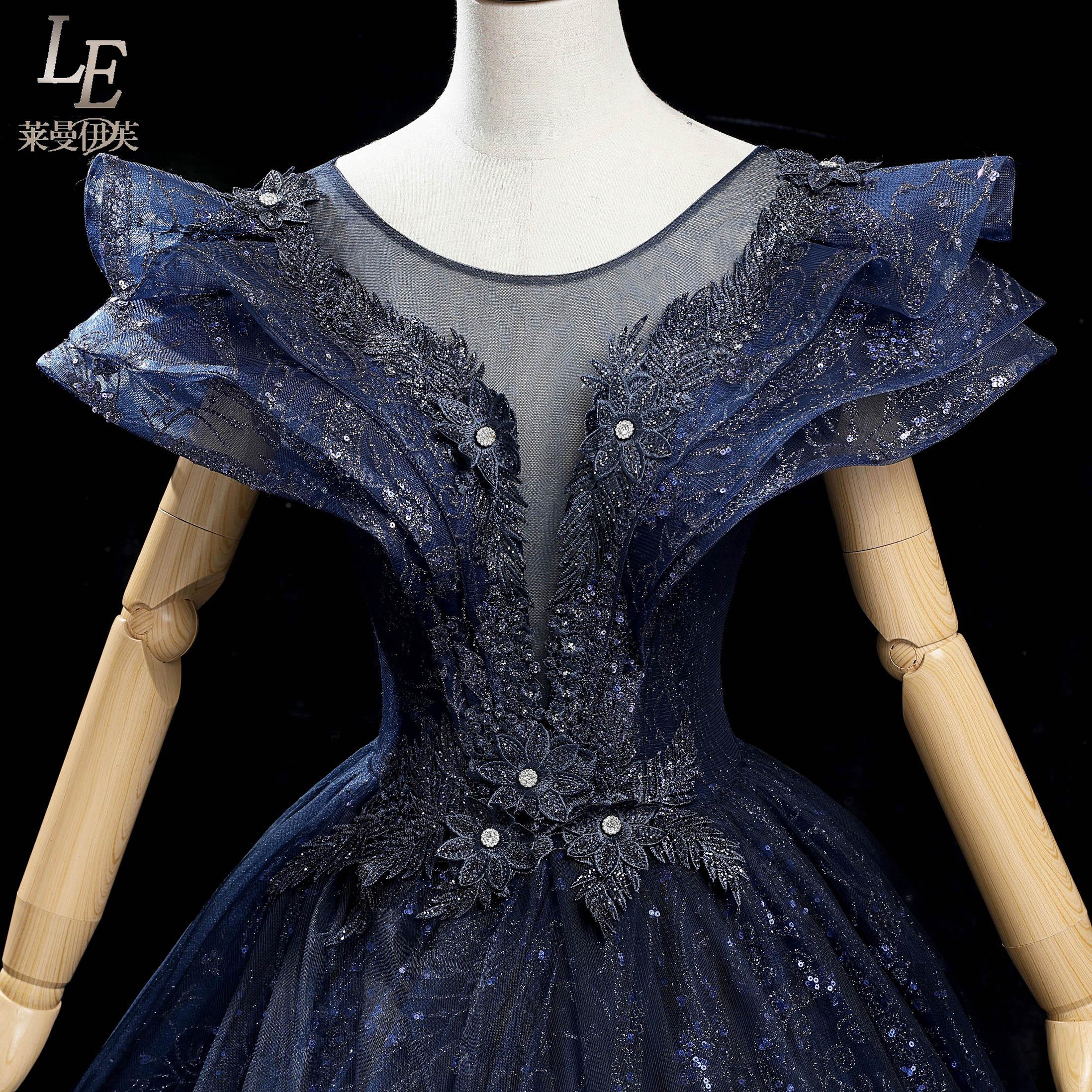 فستان حفلة فكتوريا من العصور الوسطى ، فستان طويل فاخر باللون الأزرق الداكن مع تطريز مطرز بالخرز وياقة الملكة