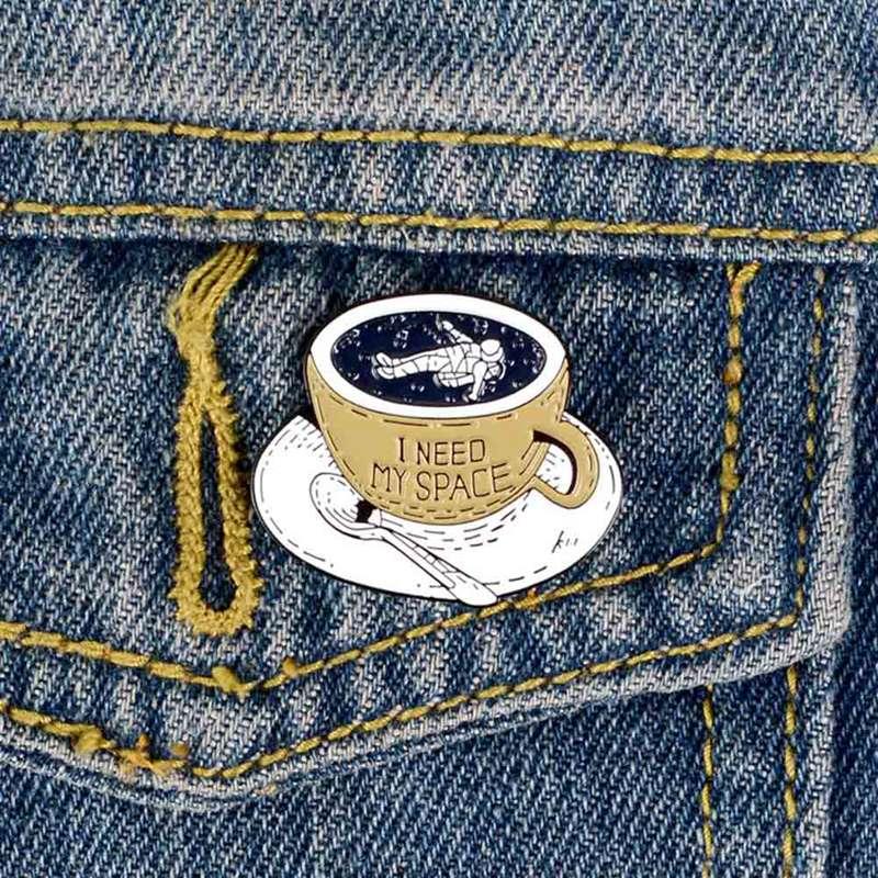 I Need My Space esmalte Pin astronauta tazón taza broches mochila ropa Pin para solapa con insignia de dibujos animados diversión joyería regalo para niños amigos