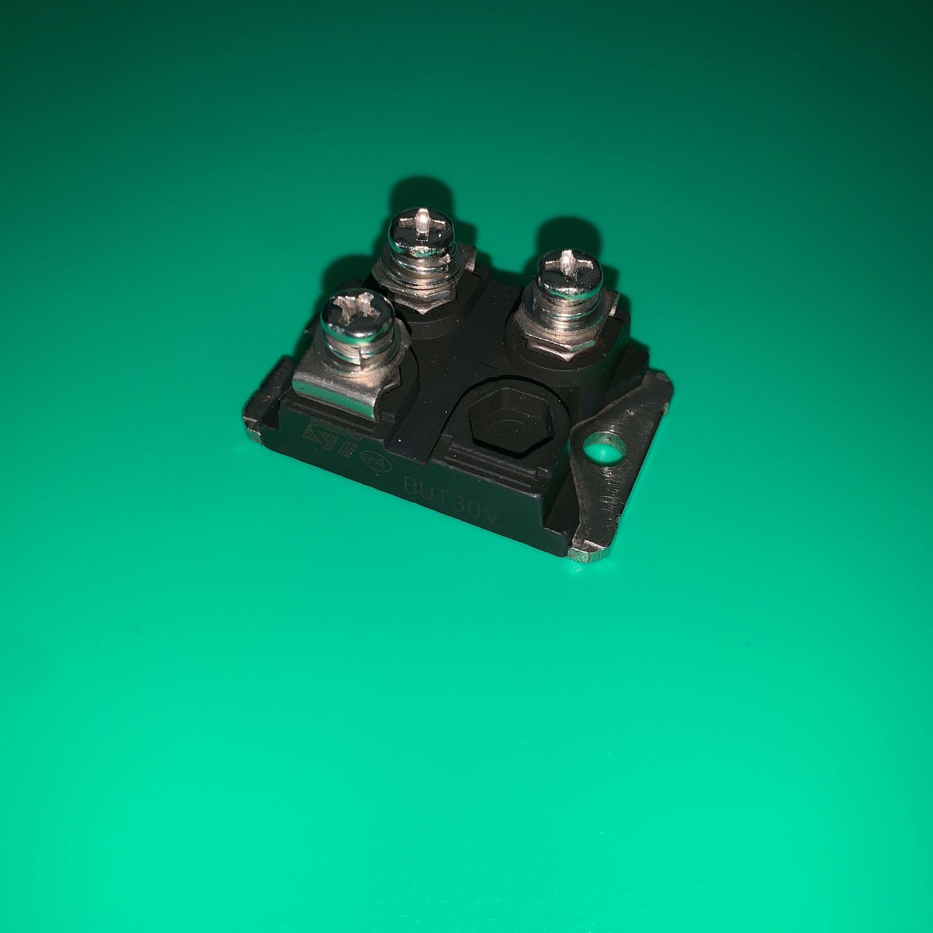 BUT30V IGBT BUT30 V TRANS NPN 125V 100A ISOTOP NPN الترانزستور الطاقة وحدة ولكن 30 V 30