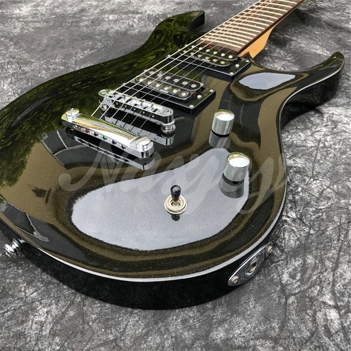 Top Qulality Glossy Black 6 String Solid Basswood Electric Guitar with Chrome Hardwares enlarge
