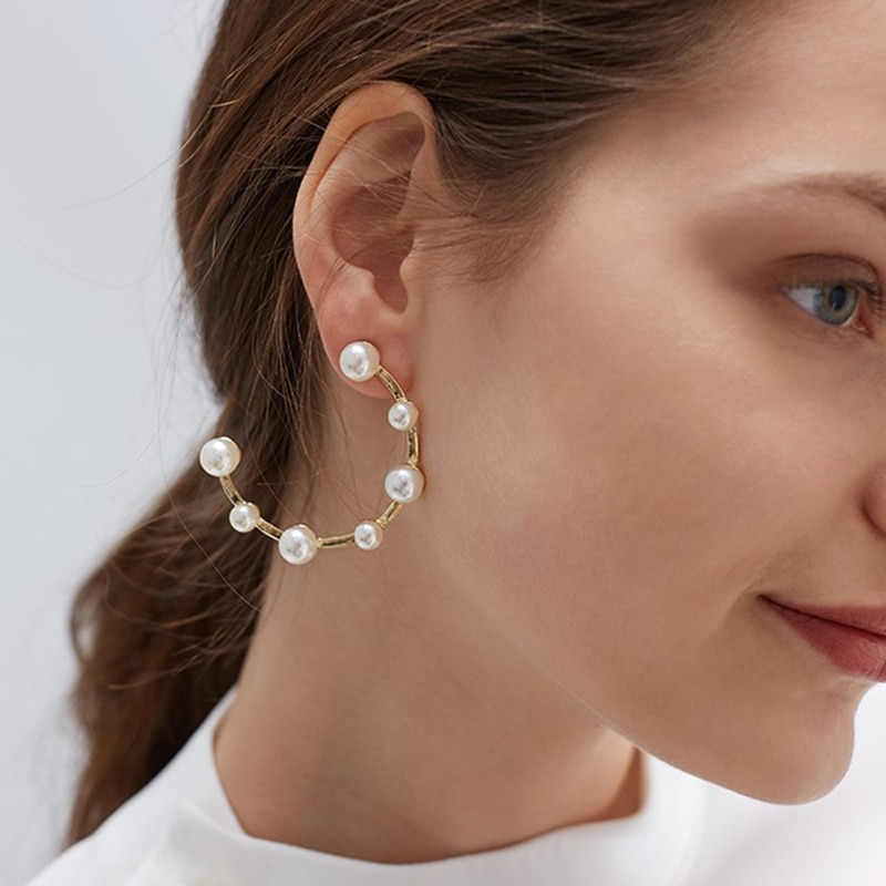 여성을위한 아름다운 흰색 모조 진주 후프 귀걸이 골드 컬러 빅 서클 귀걸이 하프 라운드 기하학 미니멀리스트 웨딩