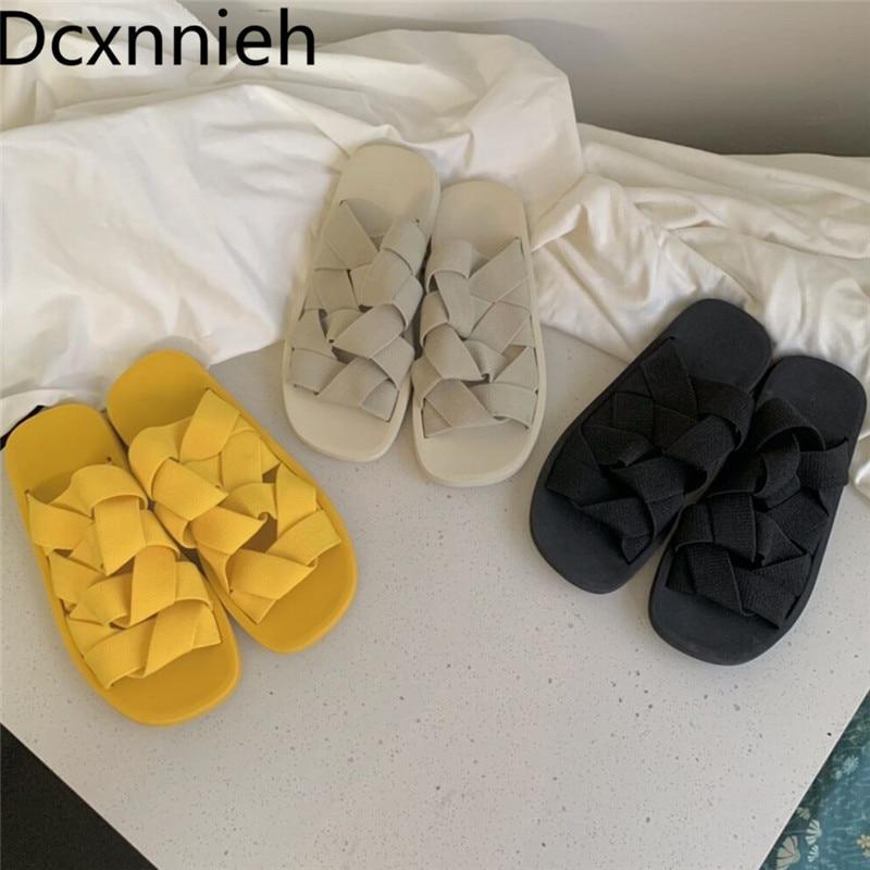 جديد حزام مطاط مضفر النعال النساء الأصفر أسود أبيض أحذية الشاطئ السيدات الشقق نسج الجوف خارج النعال امرأة 2021