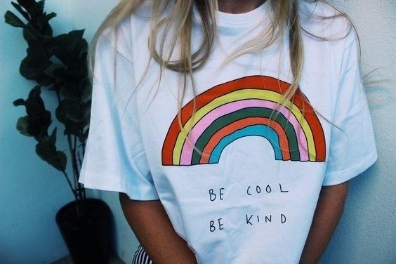 Camiseta Unisex de moda Tumblr bonita estética Be Cool Be Kind Arco Iris religión mujeres gráfico pretty street style, camisetas jóvenes lindas
