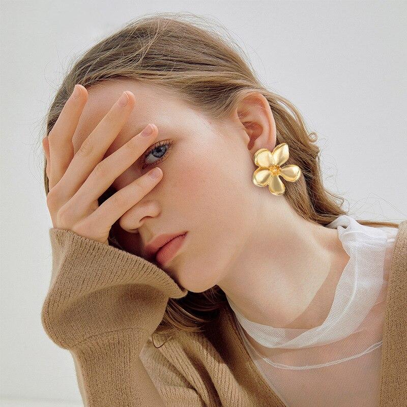 5008851 Han Zhishang europeo y americano nuevo Metal flor oreja Stud creativo Retro Simple Metal dorado aleación pendientes Mujer