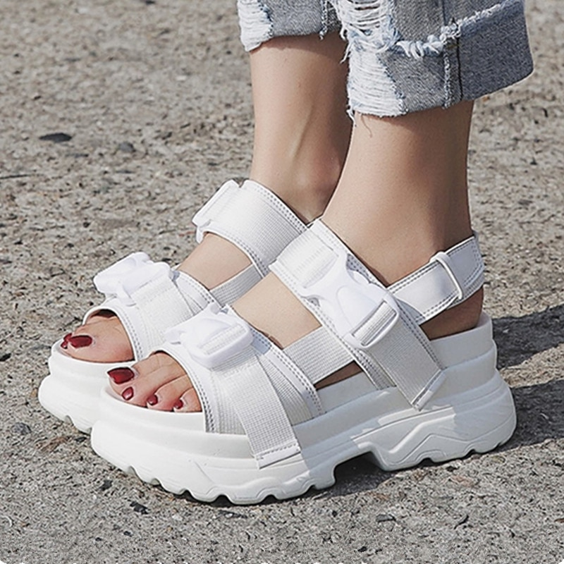 صندل نسائي أبيض بنعل سميك ، حذاء كاجوال عصري ، بإبزيم ، نعل سميك 7 سنتيمتر