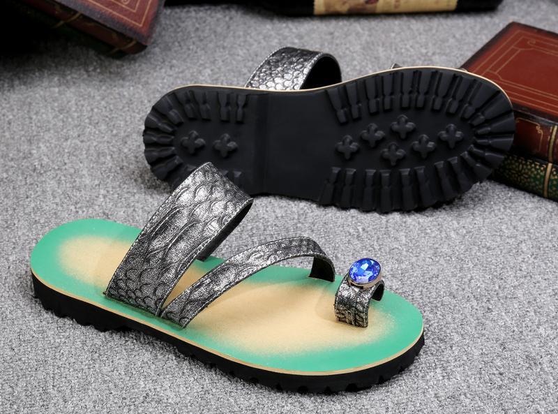 Nuevas sandalias de verano con relieve para hombre, sandalias de cuero de doble uso para la playa, sandalias informales con remaches
