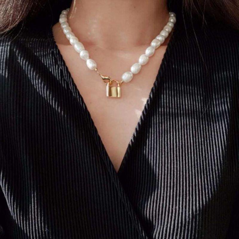 KMVEXO Barock Unregelmäßigen Simulierte Perle Choker Halsketten für Frauen Mädchen 2019 Gold Farbe Lock Anhänger Mode Geometrische Schmuck