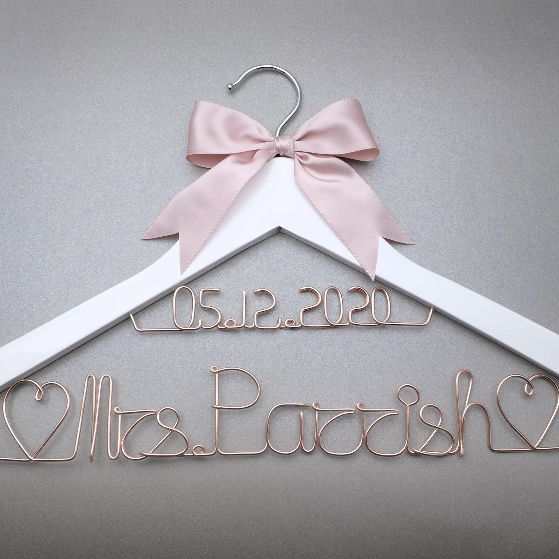 Gancho de casamento personalizado com arco, data e nome personalizado cabide, vestido de casamento branco cabide noiva dama de honra presente