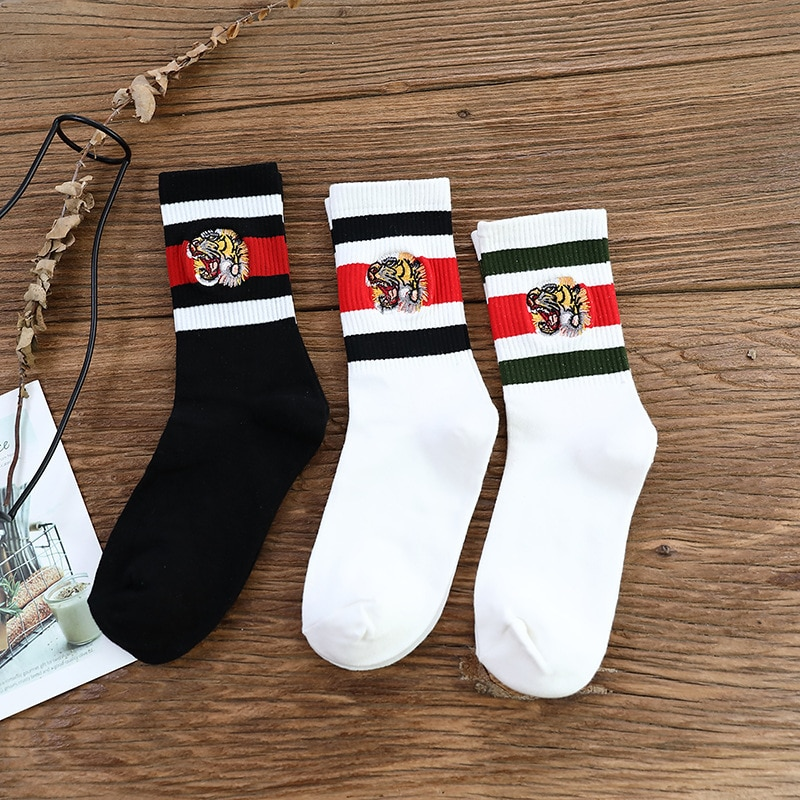 Nuevos productos para hombres y mujeres, logo popular, bordado de barra horizontal, raya de tigre, tres barras en el tubo, calcetines de algodón